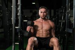 De Bicepsen van de jonge Mensenoefening met Domoren Stock Foto's