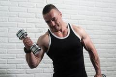 De Bicepsen van de jonge Mensenoefening met Domoren Royalty-vrije Stock Foto's
