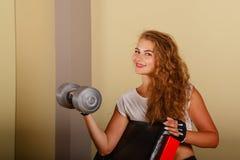 De bicepsen van de meisjesoefening met domoor Stock Foto