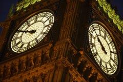 De Big Ben die bij Nacht, Londen, Engeland wordt verlicht Stock Afbeeldingen