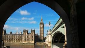 De Big Ben door de boog van een brug wordt ontworpen die stock footage