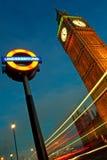 De Big Ben en Londen ondertekenen ondergronds. Royalty-vrije Stock Foto's
