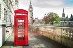 De Big Ben en rode telefooncabine royalty-vrije stock foto's
