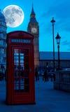 De Big Ben in Londen ith een heldere volle maan Stock Foto