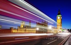 De Big Ben in Londen met verkeer Lange blootstelling met beweging Stock Foto's