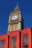 De Big Ben met rode telefoondozen, Londen Stock Afbeelding