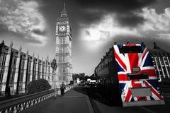 De Big Ben met stadsbus in Londen, het UK Stock Afbeeldingen