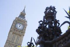 De Big Ben op achtergrond met veiligheidsomheining in voorgrond Stock Afbeeldingen