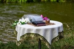 De bijbel, een kaars en een boeket van bloemen zijn op de lijst agains royalty-vrije stock fotografie