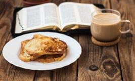 De bijbel en de koffie van de Franchtoost Royalty-vrije Stock Afbeeldingen