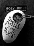 De bijbel met Jesus is mijn rots stock afbeeldingen