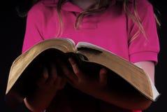 De Bijbel van de Holding van het meisje Stock Foto