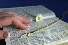 De Bijbel van de lezing royalty-vrije stock foto