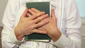 De bijbel van de vrouwenholding stock footage