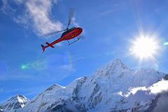 De bijlhelikopter van de noodsituatieevacuatie voor extreme weergevallen in Gorekshep, Everest-Basiskamp EBC, Nepal stock afbeelding