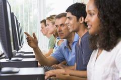 De bijwonende student van de leraar op computers Royalty-vrije Stock Afbeeldingen