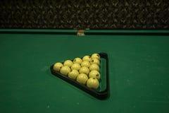 De biljartballen een richtsnoer op biljart dienen in Stock Foto's
