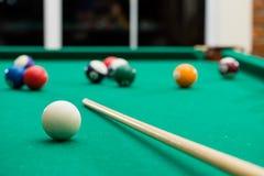 De biljartballen op groene lijst met biljart lassen in, in het nauw drijven, Pool g royalty-vrije stock afbeelding