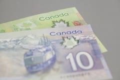 De billetes de banco del canadiense 10 y 20 dólares Foto de archivo libre de regalías