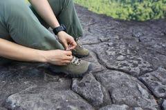 De bindende schoenveter van de vrouwenwandelaar op berg piekrots Royalty-vrije Stock Foto