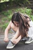 De bindende schoenveter van het tienermeisje Stock Afbeeldingen