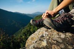 De bindende schoenveter van de vrouwenwandelaar op rand van de berg de hoogste klip Royalty-vrije Stock Fotografie