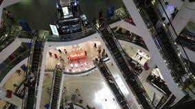 De binnen bovengenoemde mening van roltrap en mensenwinkel in Eindwinkelcomplex, het is één van het grote winkelende centrum in B stock footage