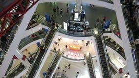 De binnen bovengenoemde mening van roltrap en mensenwinkel in Eindwinkelcomplex, het is één van het grote winkelende centrum in B stock video