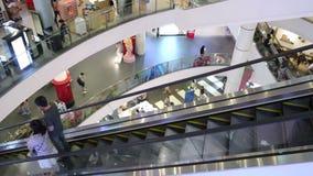 De binnen bovengenoemde mening van roltrap en mensenwinkel in Eindwinkelcomplex, het is één van het grote winkelende centrum in B stock videobeelden