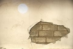 De binnen uitgeholde muur, het pleister en de bakstenen zijn zichtbaar royalty-vrije stock afbeeldingen