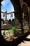 De binnenbinnenplaats in het oude klooster Stock Foto's