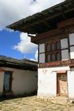 De binnenbinnenplaats van een kloosterdieschool dichtbij Gangtey, Bhutan wordt gebouwd Royalty-vrije Stock Afbeeldingen