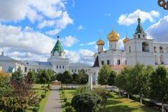 De binnenbinnenplaats van het Ipatiev-Klooster op een zonnige dag royalty-vrije stock foto