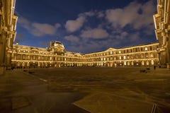 De binnendiebinnenplaats van het Louvremuseum bij nacht wordt verlicht stock afbeeldingen