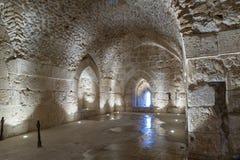 De binnendiezaal in Ajloun-Kasteel, ook als Qalat AR-Rabad wordt bekend, is een de 12de eeuw Moslimdiekasteel in noordwestelijk J stock fotografie