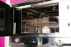 De binnenkant van een fornuis nieuwe oven Stock Fotografie
