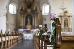 De binnenkant van een kerk, voor een huwelijk wordt verfraaid dat royalty-vrije stock foto