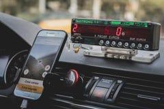 De binnenkant van het dashboard van een taxi in Europa stock afbeeldingen