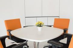 De binnenlandse bouw, bureau met modern wit meubilair royalty-vrije stock afbeeldingen