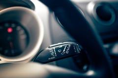 De binnenlandse controles van de autowisser op moderne auto Cockpitbinnenland van auto met elektronische controles van regenwisse stock afbeeldingen