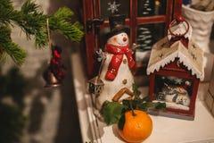 De binnenlandse decoratie van het Kerstmishuis op de lijst 31 december Stock Fotografie