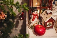 De binnenlandse decoratie van het Kerstmishuis op de lijst 31 december Stock Foto