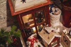 De binnenlandse decoratie van het Kerstmishuis op de lijst 31 december Royalty-vrije Stock Foto