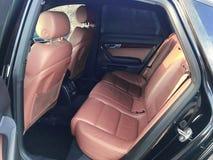 De binnenlandse details van de Uxuryauto Dashboard en stuurwiel royalty-vrije stock fotografie