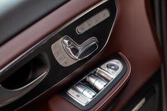 De binnenlandse elementen van nieuwe dure de commerciële een v-Klasse van Mercedes auto binnen met vensters en zetelsknopen en he stock afbeelding