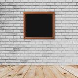 De binnenlandse en witte bakstenen muur van de kaderruimte met houten vloer Stock Foto's