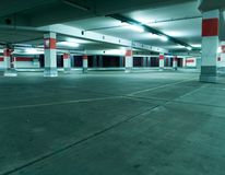 De binnenlandse garage van het parkeren, ondergronds Royalty-vrije Stock Foto's