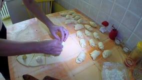 De Binnenlandse Keuken van huisvrouwenMaking Crescent Rolls With Cheese In stock video