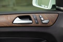 De binnenlandse mening met deurhandvat en elektrische zetelknopen van auto van luxe de zeer dure nieuwe witte Mercedes-Benz GLS 3 royalty-vrije stock afbeelding