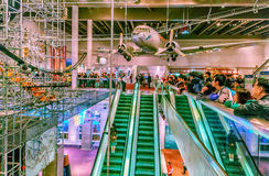 De binnenlandse mening van Hong Kong Science Museum De mensen letten op aantrekkelijkheden aantonend diverse fysieke fenomenen Royalty-vrije Stock Foto's